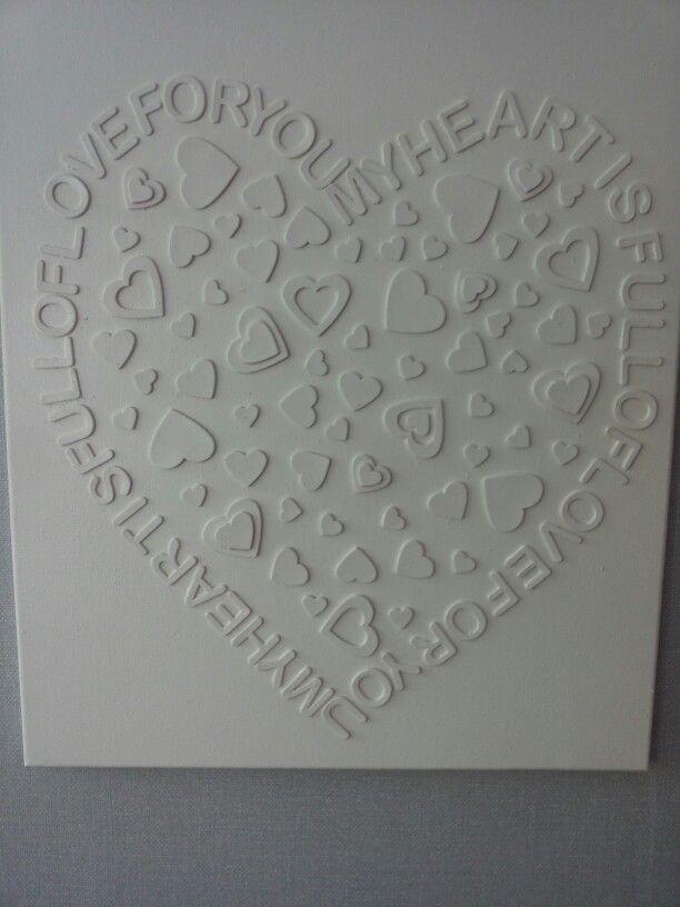 Schilderij met letters en hartjes van schuim overgespoten met verf