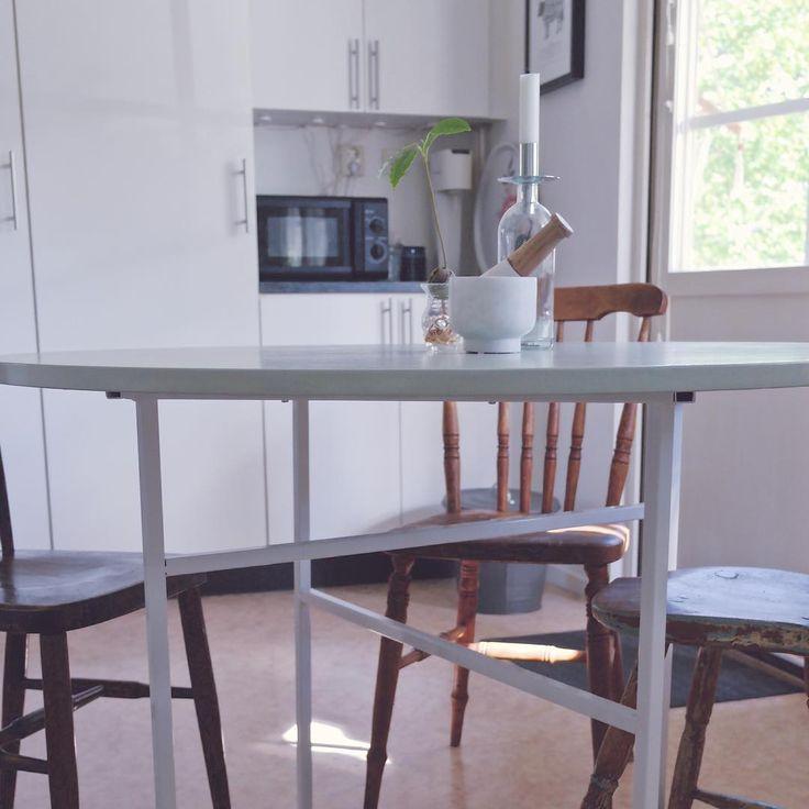 En tjej som är supernöjd med bordet i köket! ✌🏼 #inredning #köksbord #träbord #ikea #chilli #mihome_ #interior123 #nouwinspo #heminredning #inredningsinspo #home #dinertable #interiorforyou #interiorforinspo #inredningsinspiration #interiors #interiör #nordichome #scandinavianhome #inredningsblogg #inredningsdetaljer #moeandmondays #moeandmondays