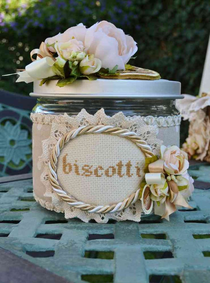 BISCOTTIERA - Linea Pois Bianco - PatriziaB.com Delizioso contenitore per biscotti da esporre nella credenza per dare un tocco romantico alla vostra cucina