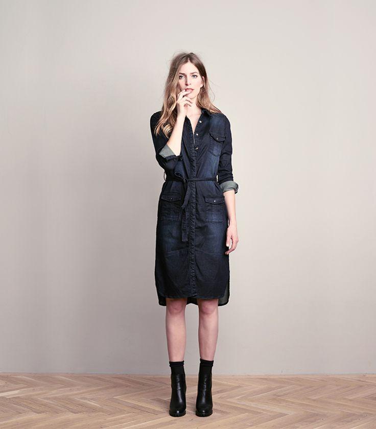 Deze Blue Daze denim blousejurk is gemaakt van een stevige stretchdenim. De doorknoopjurk heeft een flatterende rechte pasvorm waarmee je met de zelf te strikken ceintuur meer taille kan creëren. Een veelzijdig item waarmee je vele stijlen kan creëren.