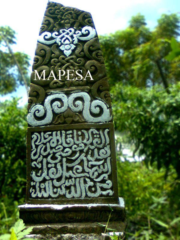 """Isi tulisan yang terpahat pada nisan Makam Maulana Qadhi Shadrul Islam Isma'il (wafat Jum'at 7 Syawwal 852 H/1448 M) yang ditemukan di Lamreh, Aceh Besar berbunyi, """"Kematian adalah titian yang menyampaikan seorang kekasih kepada kekasihnya. Dunia hanya sesaat maka jadikanlah ia sebagai waktu ketaatan. Dunia adalah tempat bercocok tanam akhirat. Dunia itu Fana dan akhirat itu kekal"""". (Courtesy by MAPESA)"""