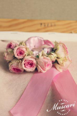 Bransoletka ślubna na rękę dla świadkowej upleciona z róż