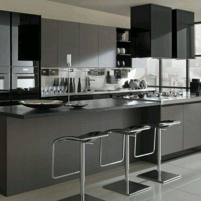 Moderna #cocina en tonos grises y negros con estilo minimalista. Contraste de acabados brillantes y mates. Ve mas #ideas para #remodelar en: arquitecturacreativa.blogspot.com Siguenos también...