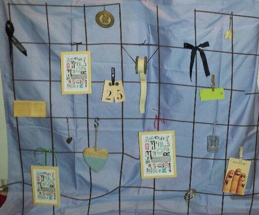 Gaas uit de tuin met decoratie, zoals fotolijstjes wasknijpers, kaarten, borduursel, lintjes, hartjes en sieraden. Achtergrond een blauw tafelkleed