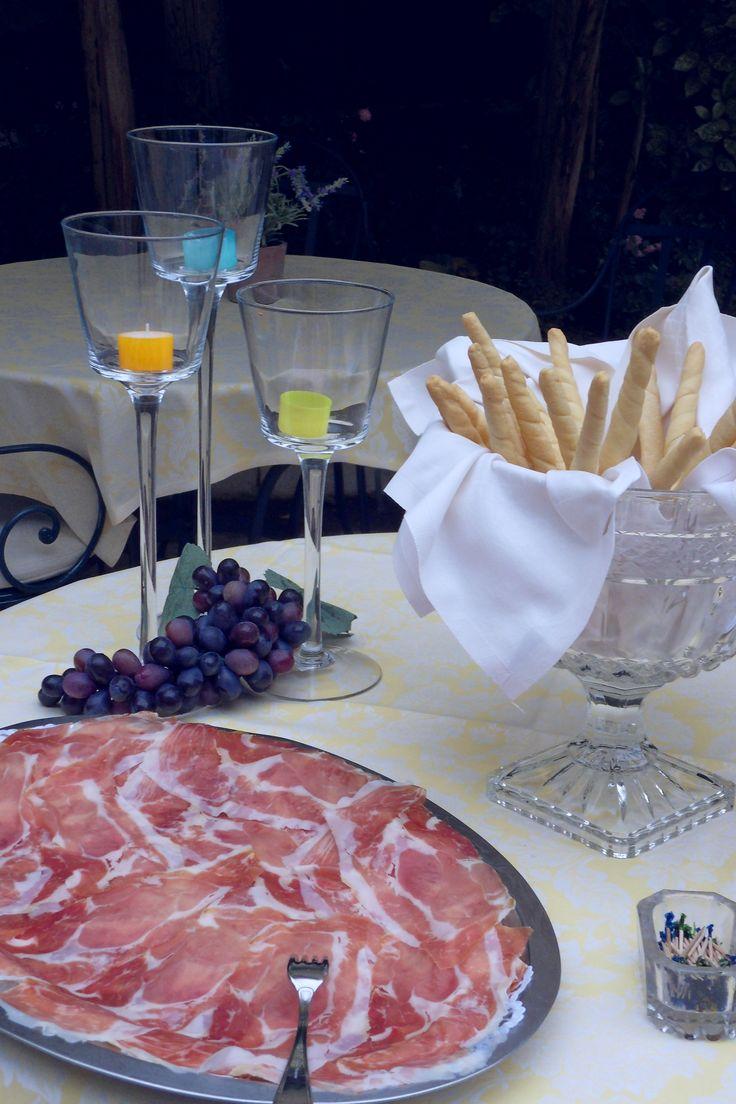 #Apertif @ #Hotel 4 Stagioni: #curedmeats (Prosciutto di Parma) and #bread! #tasty #LakeGarda #holidays