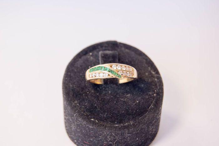 Ring in 18 kt goud met diamanten en smaragden  18KT yellow gold. Totaal gewicht: 4.30 g. Ringmaat: 13. Bovenste gedeelte lengte: 20 mm.Breedte: 5 mm.Het bovenste gedeelte bestaat uit 15 briljant geslepen VS/G diamanten ten bedrage van 036 ct en natuurlijke onbehandelde ronde natuurlijke smaragden ten bedrage van 025 ct.De ring zal is in nieuwstaat en worden verpakt en verzonden via Poste Italiane.' Edelstenen zijn vaak behandeld om te intensiveren hun kleur of zuiverheid. Het item in kwestie…