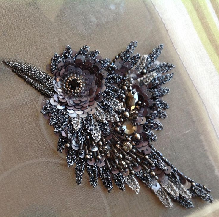 готов...Серебряно-жемчужный галчонок.Авторская вышивка.#embroidery #украшение #брошь #brooch #птицы #вышивка #серебро