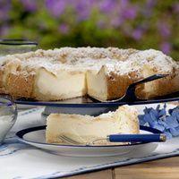 Feiner Quarkkuchen  Zutaten: Für den Teig: 250 g Mehl 150 g Zucker 1 Eigelb 4 Esslöffel Zitronensaft 125 g kalte Butter 1/2 Päckchen Backpulver 1 Päckchen Vanillinzucker  Für den Belag: 125 g zimmerwarme Butter 250 g Zucker 1 Päckchen Vanillinzucker 1 Esslöffel Grieß abgeriebene Schale von 1 Zitrone 5 Eier 750 g Quark