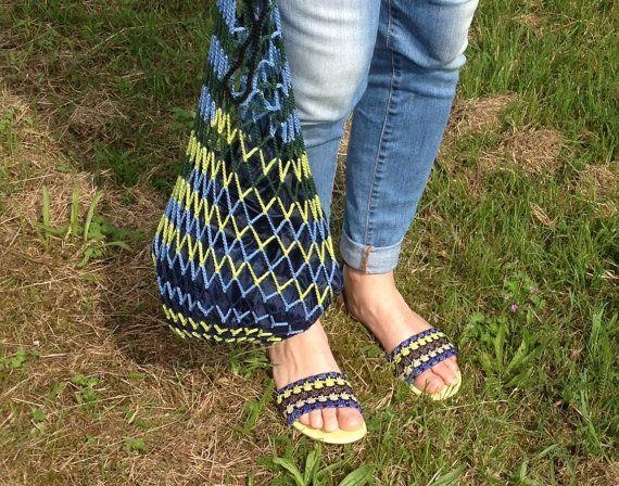 Markttas, boodschappentas, herbruikbaar tasje, eco tasje, retro gehaakt netje Mississippi in blauw en groen, zoals een natuurlijke rivier. Prachtig bij stijlvolle sandaaltjes en jeans! Met zwart-witte spiraalbodem. Kies je nieuwste tasje bij www.etsy.com/shop/pinetjes. Mooi: - origineel ontwerp geïnspireerd door de natuur - fijn gemerceriseerd haakkatoen in de mooiste kleuren - handgemaakt en zorgvuldig afgewerkt  Praktisch: - zo klein dat hij past in je handtas/jaszak, of leg er een paar…