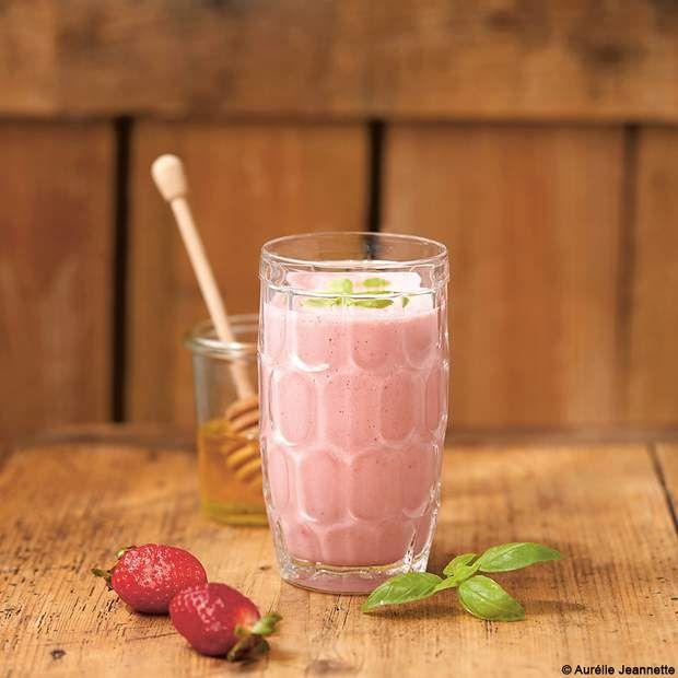 Smoothie onctueux à la fraiseDans ce smoothie 100 % antioxydants, on peut remplacer le lait de vache par un lait végétal et le miel par une touche de sirop d'agave.Découvrez la recette du smoothie onctueux à la fraise.Recette extraite de Je cuisine les restes et je fais des économies, Céline Mennetrier et Aurélie Jeannette, éd. Terre vivante.