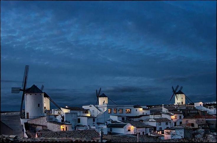 Campo de Criptana en Ciudad Real es una de las pocas localidades españolas que aún conservan los típicos molinos de viento manchegos contra los que luchó Don Quijote en la famosa obra de Cervantes. Por supuesto seguir los pasos del hidalgo caballero por toda la región puede ser un viaje inolvidable...