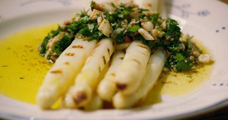 Asperges zijn zonder twijfel Jeroensfavoriete groente. Hijmaakt vandaag een variatie op asperges à la flamande met olijfolie en pesto.