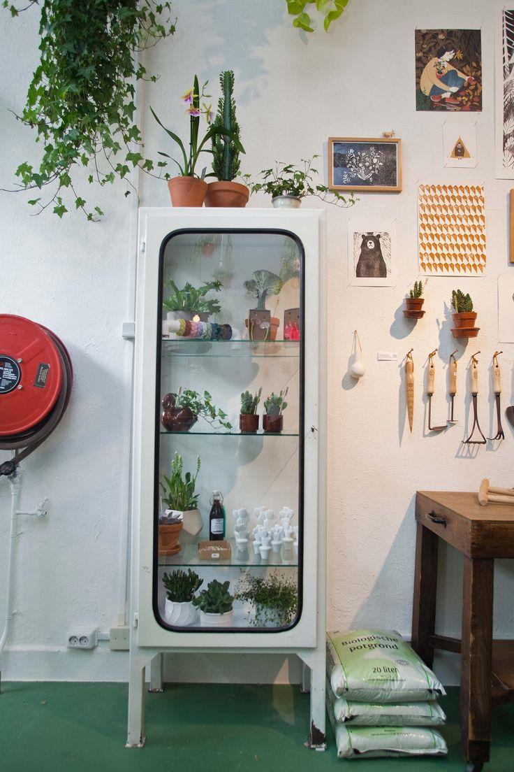 Oude industriele apothekerskast in retrostijl. Vergelijkbare ijzeren vitrinekasten te koop bij www.old-basics.nl  webshop  vintage