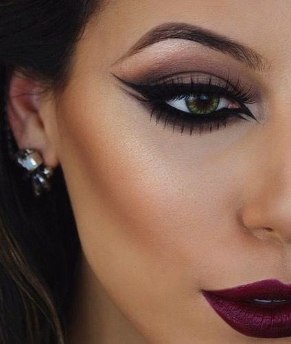 Whether you want to know how to create a basic straight line, perfect your cat-eye, or learn creative new tricks, consider this your complete guide to all things eyeliner Mauve smokey