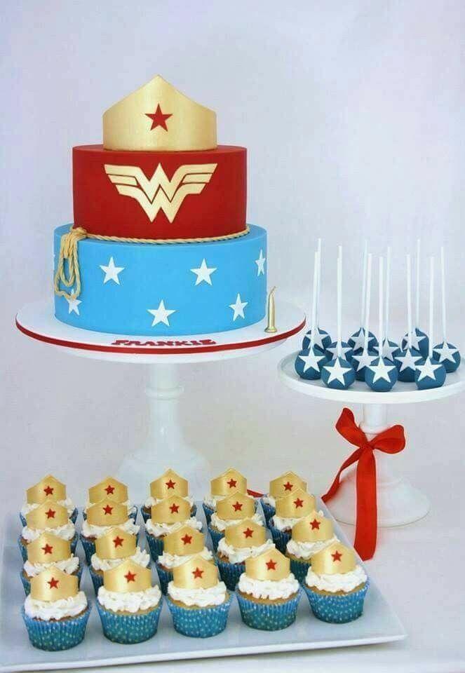 Torta y cupcakes de la mujer maravilla