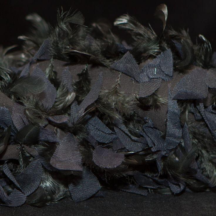 zwarte zijde voile geborduurd met veren
