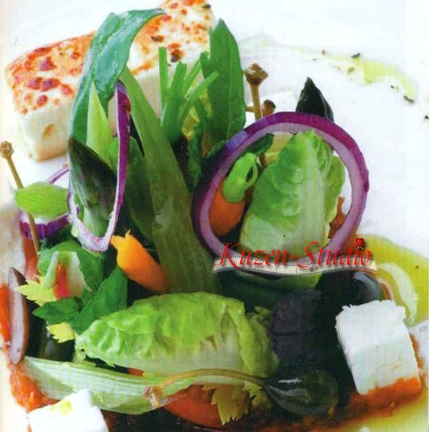 Греческий салат с обжаренным сыром фета и тапенаде из черных оливок