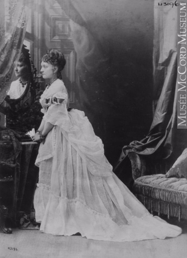 vintage everyday: Victorian Beauties – 31 Interesting Photos Show Ladies in Front of Mirrors Before 1900