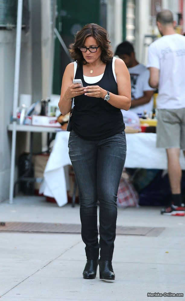 mariska-hargitay-tight-jeans-pics-mature-woman-younger-guy