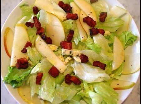 Salada de alface com peras, gorgonzola e bacon - Veja como fazer em: http://cybercook.com.br/receita-de-salada-de-alface-com-peras-gorgonzola-e-bacon-r-1-64442.html?pinterest-rec