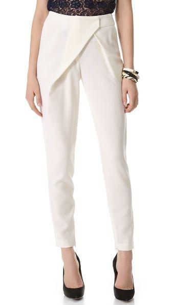 El pantalones son blanco. Estos pantalones con menos ajustado que el pantalones negro.