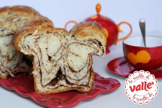 """Babka, letteralmente significa """"nonna"""", è un dolce tipico della cucina ebraica. Babka al cioccolato: semplicissimo e molto molto soffice, si tratta di un rotolo dolce farcito con cioccolato e zucchero. Slurp!!"""
