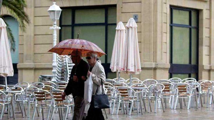 Nuboso o cubierto con lluvias débiles y chubascos, que podrían ir acompañados de alguna tormenta, es la predicción meteorológica para Madrid...