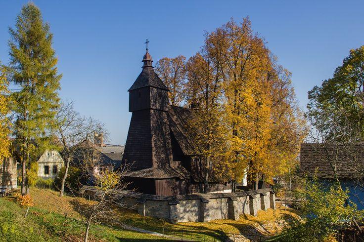 Medzi najstaršie chrámy patria gotickým slohom ovplyvnené rímskokatolícke kostoly (na obrázku Hervartov).