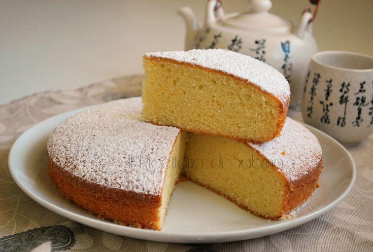 La torta al succo d'arancia è una torta soffice e leggera, senza burro, senza latte e derivati, ma davvero molto buona