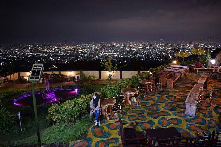 Salah Satu Cafe Yang Lagi Ngehits Baru Baru Ini Adalah Dapur Caringin Tilu Cafe Ini Sangat Instagramable Romantis Dan Tentuny Di 2020 Pemandangan Romantis Mendarat