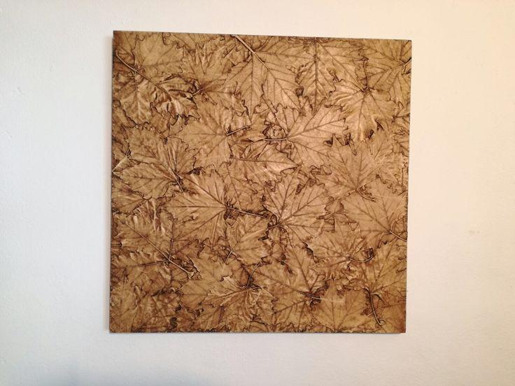 Imitación extrema de un lecho de hojas secas en este panel 3D decorativo.