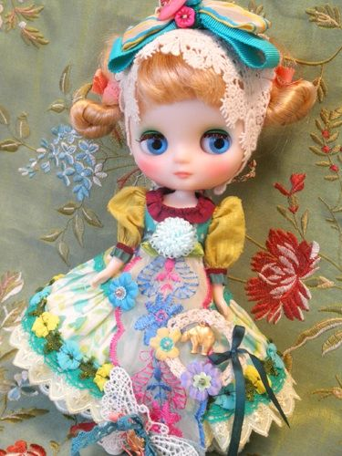 muñeca multicolor