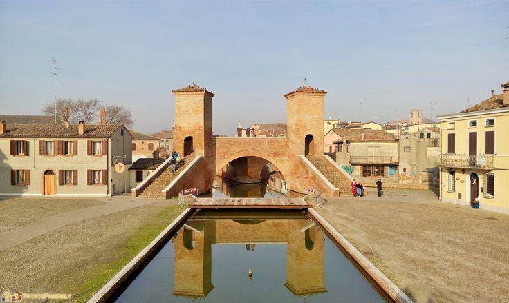 Cosa vedere vicino a Ravenna: Comacchio, i suoi ponti e i canali, il Museo della Nave Romana e il Capanno Garibaldi.