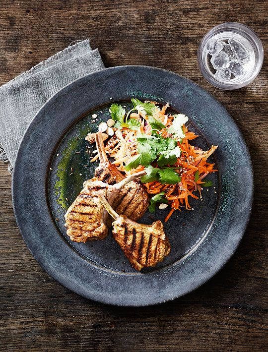Sponsoreret: Grillede lammekoteletter med indisk rub og spicy gulerodssalat -
