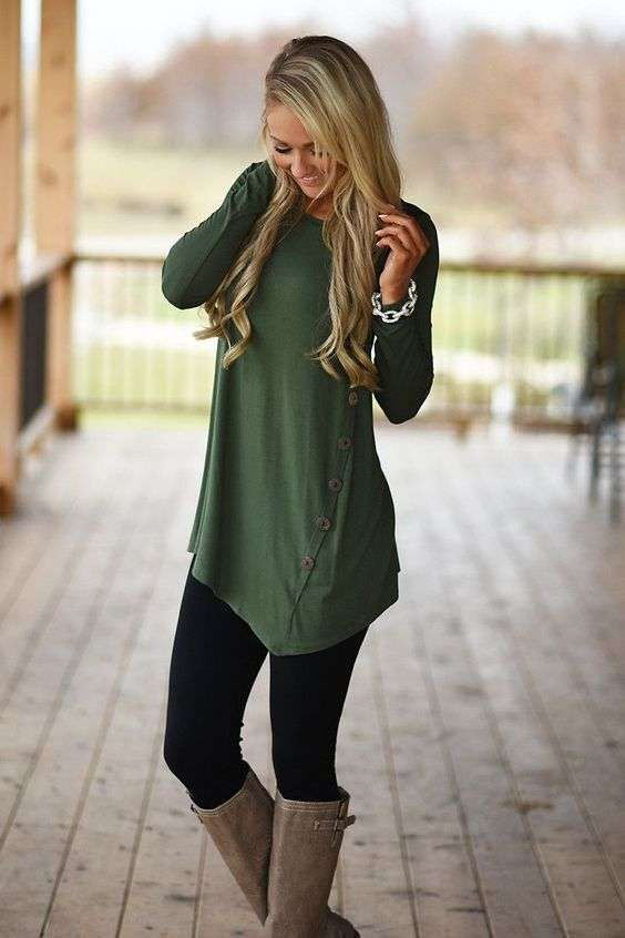 leggins con botas y vestido - Look chic con leggins, botas y vestido en tono verde, una combinación para triunfar.