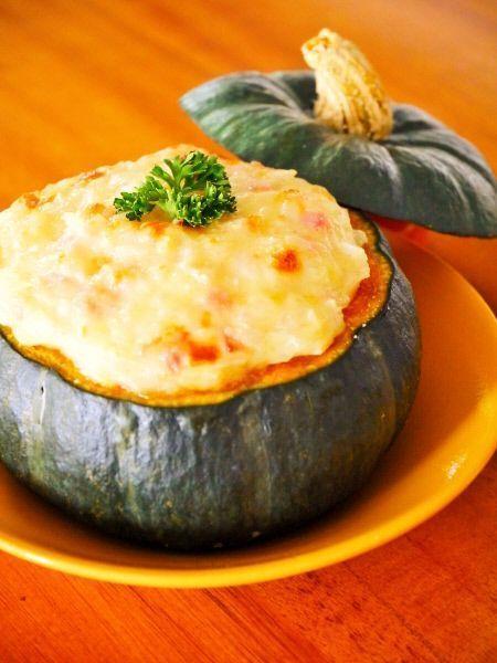 ハロウィンといえばコレ♪ 材料 2人分 坊ちゃんかぼちゃ 1個(400g) 玉ねぎ(みじん切り) 1/2個(80g) ベーコン(みじん切り) 35g 小麦粉 大さじ1 無調整豆乳 80ml とろけるスライスチーズ 2枚 …