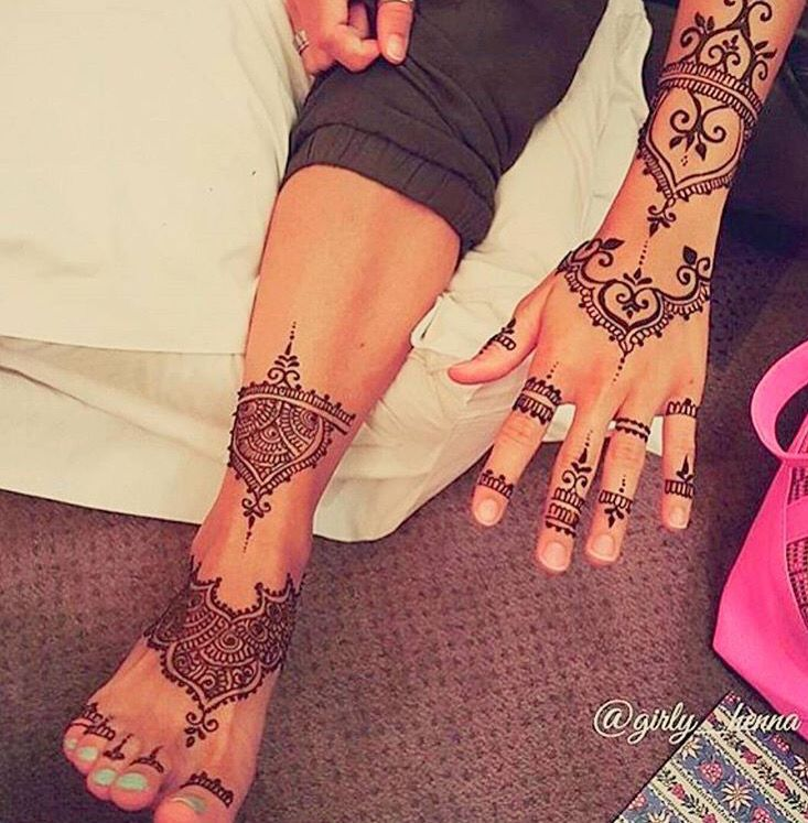 Amazing henna on hands and feet by @girly_henna (Instagram)