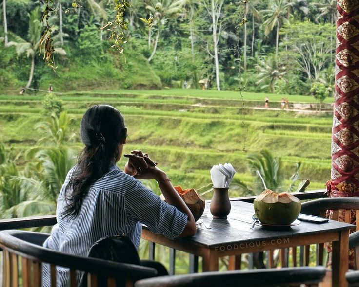 #Bali. Enjoyed fresh coconut & this lovely scenery is perfect thing to do for weekend in Bali. And some said everyday is weekend in Bali so....   at @ibuloji #tegalalangriceterrace