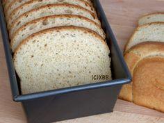 Wit melkbrood uit de oven, recept, zacht wit brood, ongebleekte bloem, luxe brood, zoet, hartig, tosti, panini, bakken, kneden, deeg, broodbakblik, busbrood