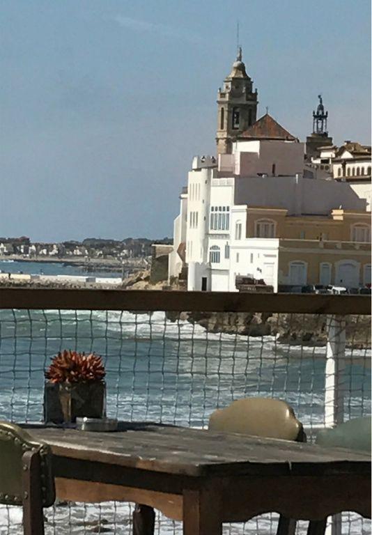 Ruhiges Beachflair mit Barcelona im Hintergrund: Sitges bezaubert. Wir stellen die passende Unterkunft vor: Ribera Beach - sonnige Aussichten in Katalonien.