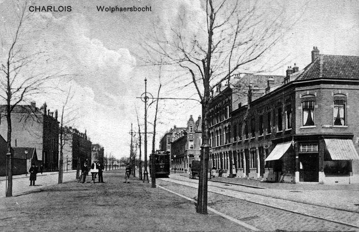Wolphaertsbocht, met de rails van de elektrische tram, nog maar aan één zijde van de weg. De tram maakte dus voor beide richtingen gebruik van dit spoor; zo stil was het toen nog op de weg! 1925