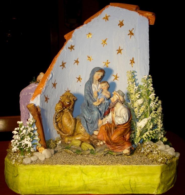 Scena natalizia sul retro di un coppo decorato.