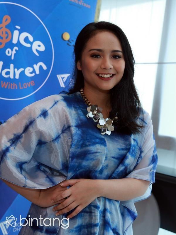Penyanyi Gita Gutawa mengajak masyarakat untuk mendonasikan 1.000 buku tulis untuk anak-anak kurang mampu. 'Aku pengin tularkan ke semua orang. Itu buku tulis penting banget,' ujar Gita Gutawa. #GitaGutawa #Penyanyi #VoiceOfChildren #Bintang #Indonesia