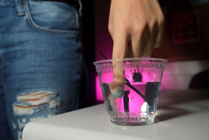 Ένα Βερνίκι Νυχιών Προστατεύει τις Γυναίκες στη Νυχτερινή Έξοδο -  «Αποφύγετε τον βιασμό χάρη στα νύχια σας!»  Αυτή είναι η παράξενη πρόταση που κάνουν στο γυναικείο φύλο τέσσερις αμερικανοί φοιτητές Χημείας και φυσικά δεν εννοούν να «βγάλουν» νύχια οι γυναίκες και να ξεκινήσουν τις επιθέσεις.