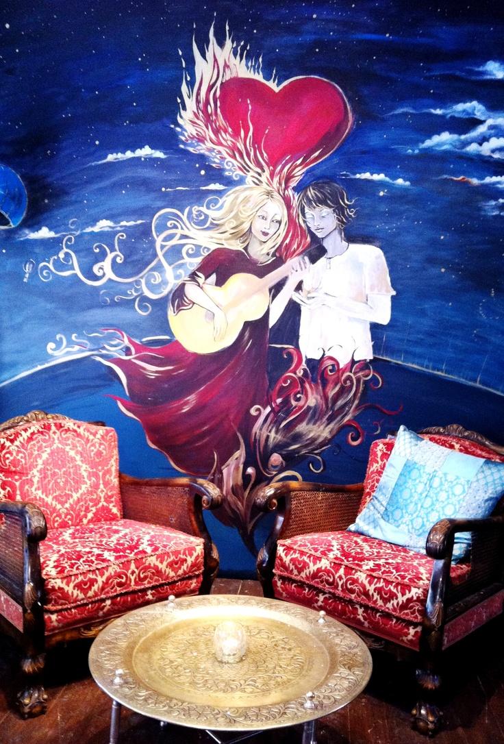 På Café Peace & Love finns fem rum indelade efter de fem elementen: jord, luft, vatten, eld och liv.