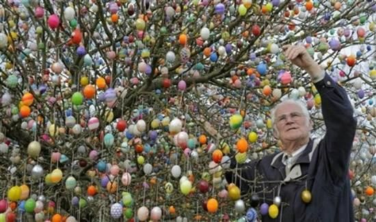 """Christmas Has a Festive Tree, So Why Not Easter?  - Volker Kraft's  childhood dream stuck with him and he  decorated his first Easter Tree, in 1965. ¸.•*""""""""*•.¸♥¸.•*""""""""*•.¸♥¸.•*""""""""*•.¸♥¸.•*""""""""*•.¸♥ ...scroll down for more details  http://www.eierbaum-saalfeld.de/?seite=geschichte=deu  ¸.•*""""""""*•.¸♥"""