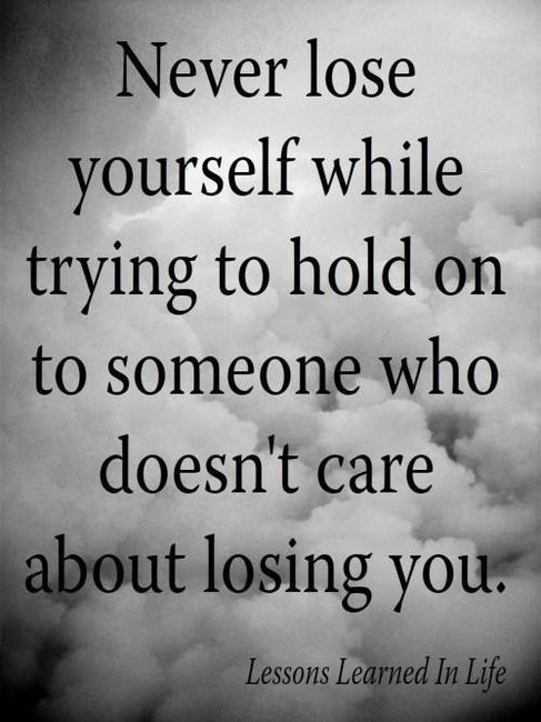 Never lose yourself while trying to hold on someone who doesn't care about losing you. | Nunca te pierdas tratando de aferrarte a alguien al que no… | Frases, …