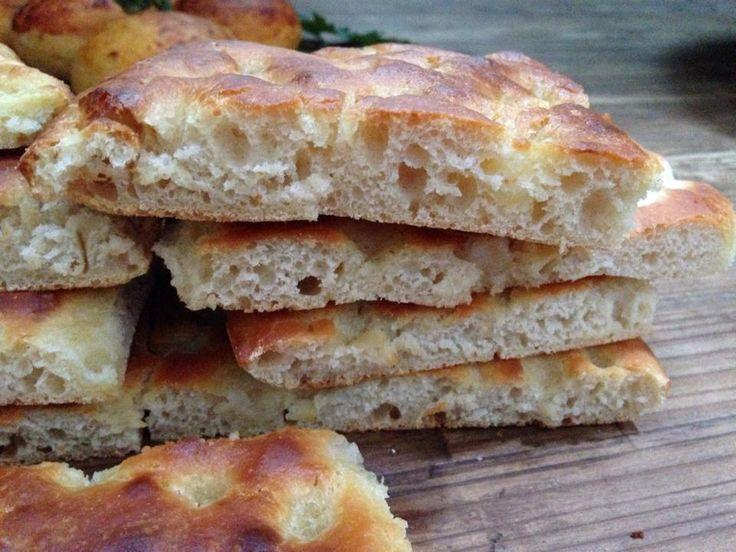 la focaccia con farina di ceci è una focaccia soffice dentro e croccante fuori, arricchita con farina di ceci che la rende buona e nutriente