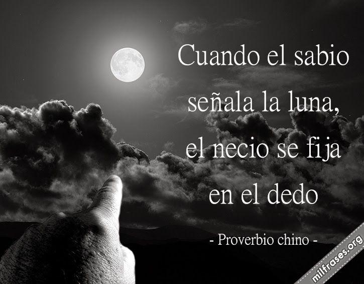 Cuando el sabio señala la Luna, el necio se fija en el dedo. - proverbio chino