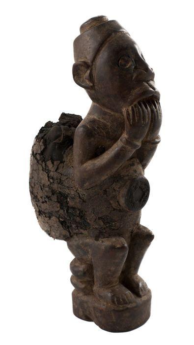 """Nkisi figuur - KONGO - D.R. Congo  Zittende figuur bijten de vingers met fetish materiaal rond het lichaam.Holten in de buik en hoofd zijn gevuld met begrafenis overblijfselen of leem uit de begraafplaats om de voorouders begraven in het heden en traditionele medicijnen om hun rituele macht te vergroten.H. 26cmAls u wenst te zien dezelfde foto's in volledige resolutie bezoek: http://ift.tt/2t0MTT7: Simon du Chastel de la Howarderie """"Président-fondateur de l'Espace Européen pour la Sculpture…"""